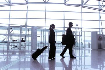 Reisende Geschäftsleute im Terminal