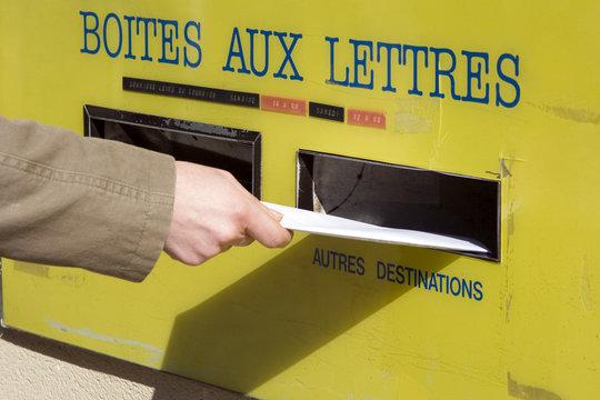 Main postant une lettre
