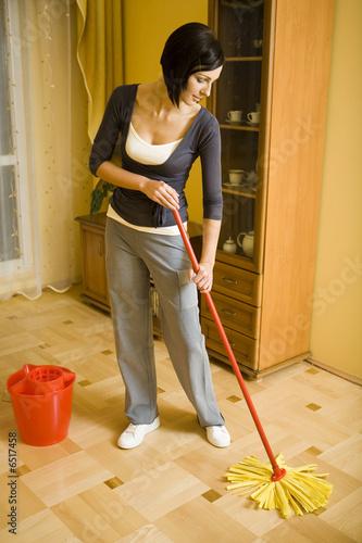 фото жены моет пол