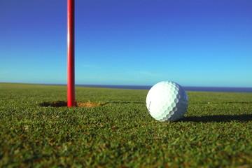 balle de golf près du trou