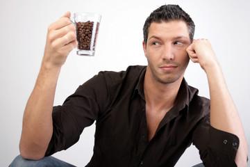 sexy traum mann mit kaffee und kaffeebohnen