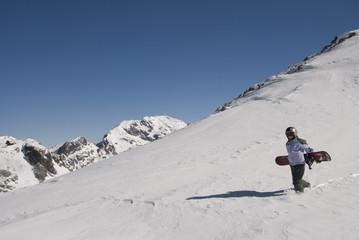 snowboarder marche en montagne