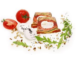 mediterranische terrine mit ziegenkäse und tomate