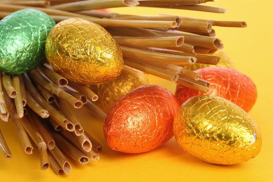 Oeufs de Pâques et paille