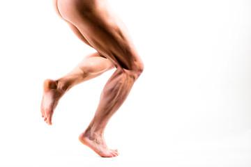 Nackte männliche Beine laufen von links nach rechts