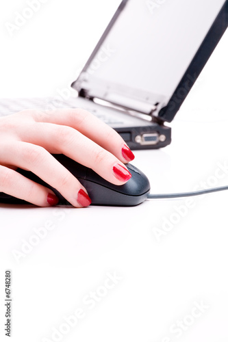 rote fingern gel von hand auf maus vor laptop stockfotos. Black Bedroom Furniture Sets. Home Design Ideas