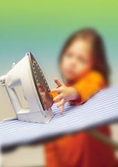 Kinderhand an heissem Bügeleisen