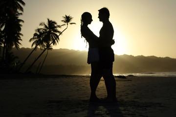 Silhouette vom Paar beim Sonnenuntergang