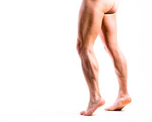 Nackte Beine von Mann gehen von rechts nach links
