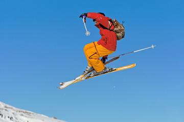 Skier sur ciel bleu