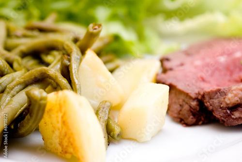 plat r gime quilibr alimentation viande l gumes salade photo libre de droits sur la. Black Bedroom Furniture Sets. Home Design Ideas