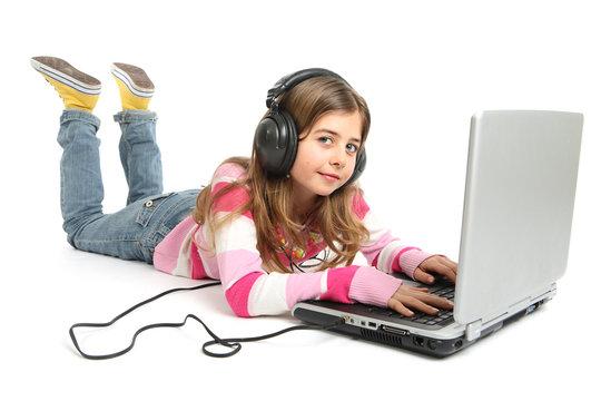 Jeune fille avec ordinateur portable ecoute de la musique