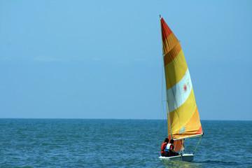 barca con vela gialla e arancione 3
