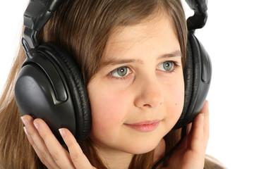Jeune fille avec casque audio