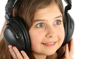 Fillette avec casque audio