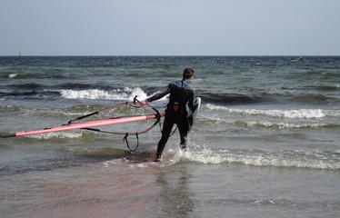 junger Mann beim Windsurfen auf der Ostsee