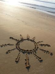 Sole disegnato sulla sabbia