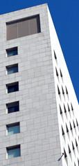 lo spigolo di un moderno edificio