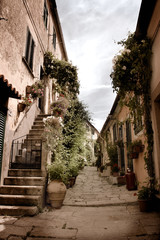 Fototapete - Old alley in Marciana, small village of Elba island