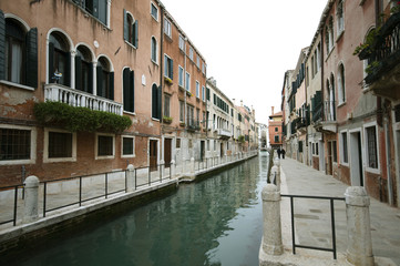 Paar spaziert durch die menschenleeren Gassen von Venedig