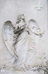 Engelstatue aus Stein auf Friedhof