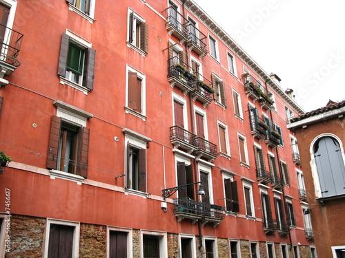 immeuble la fa ade rouge ocre venise italie photo libre de droits sur la banque d 39 images. Black Bedroom Furniture Sets. Home Design Ideas