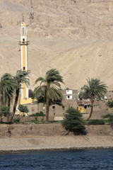 minaret sur le bord du nil en égypte