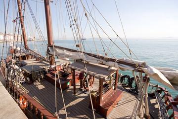 goleta anclada en la bahía de Santander