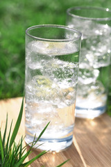 Mineralwasser mit Eiswürfeln