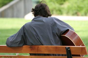 Guitariste sur un banc public