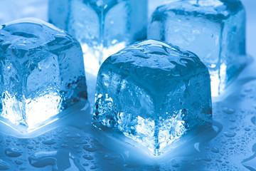 Nahaufnahme von vier Eiswürfel