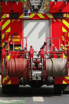 Camion de pompiers sur une route