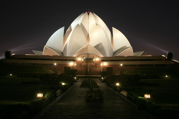 Montage in der Fensternische Lotosblume Bahai lotus temple at night in delhi, india