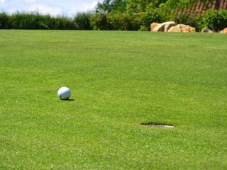 Balle de golf près du trou sur le green