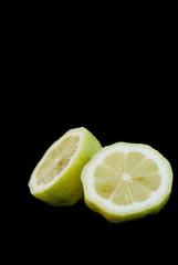 Frische Zitrone halbiert auf schwarzem Hintergrund