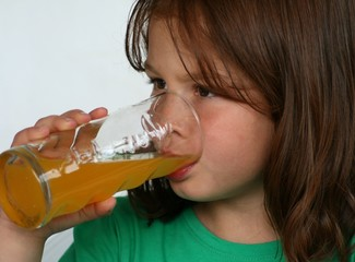 trinkendes maedchen
