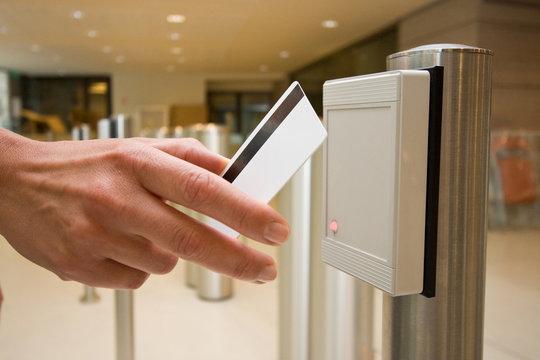 badge portillon sécurité accès identification passage pointer