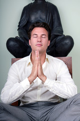 hände falten mann meditation