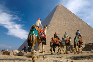 Photo sur cadre textile Egypte bedouin on camel near of egypt pyramid