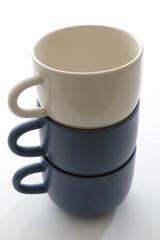 Zwei blaue und eine weiße Tasse