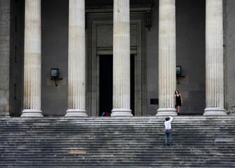 colonne con fotografo e modella