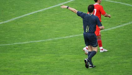 Schiedsrichter pfeift Freistoss
