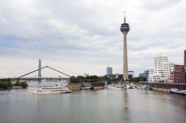 Medienhafen Düsseldorf, Rheinturm, Ausflugsdampfer, brücken