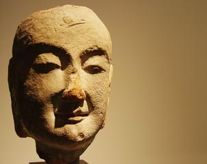 Tête de divinité asiatique en pierre