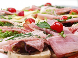 belegte brötchen,baguette mit verschiedene füllung,salat