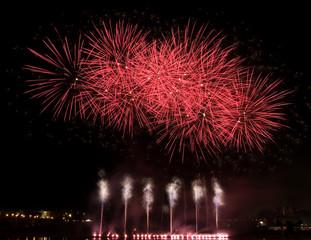 Feuerwerk am Elbufer