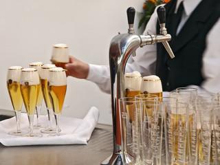 bankettkellner bereitet getränke,füllt viele gläser bier auf