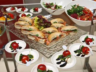 wellness büffet,belegte brötchen mit räucherlachs,salat