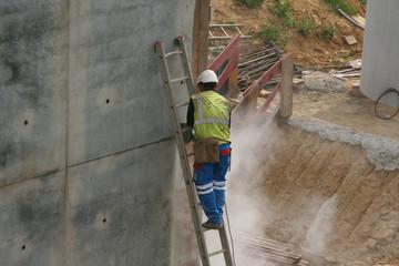 homme sciant du béton sur un chantier 2