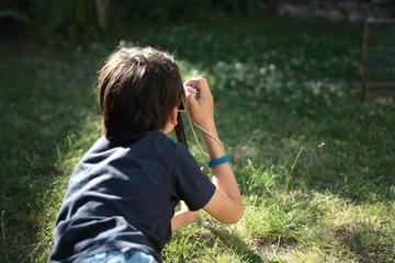 enfant photographiant